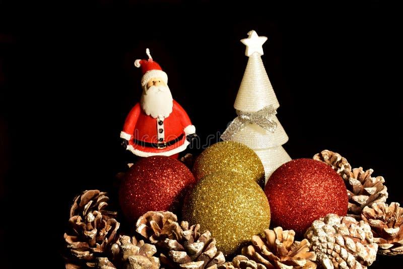 cardez la salutation de Noël Décorations, pinecones, arbre, boules et Santa Claus de Noël image libre de droits