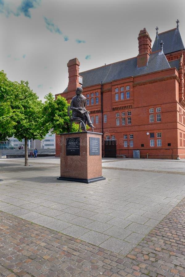 Cardiff-Bucht, Wales - 20. Mai 2017: Gebäude und Statue Pierhead stockfoto