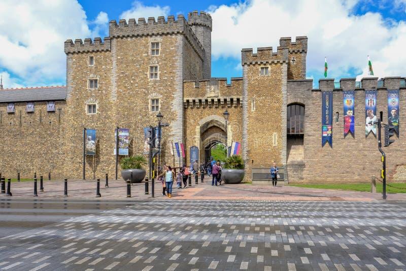 Cardiff, Gales - 20 de maio de 2017: Entrada do castelo de Cardiff imagens de stock royalty free