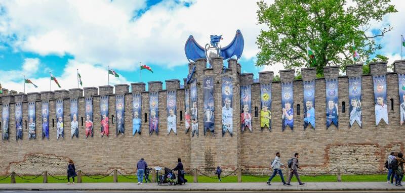 Cardiff, Gales - 20 de maio de 2017: Parede do castelo de Cardiff pronta para UEF fotografia de stock royalty free