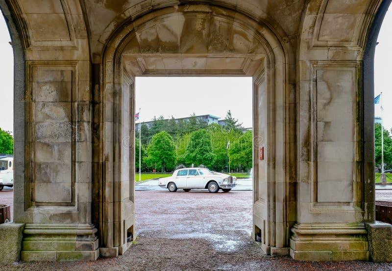 Cardiff, Gales - 20 de maio de 2017: Rolls Royce branco que espera wed fotografia de stock royalty free