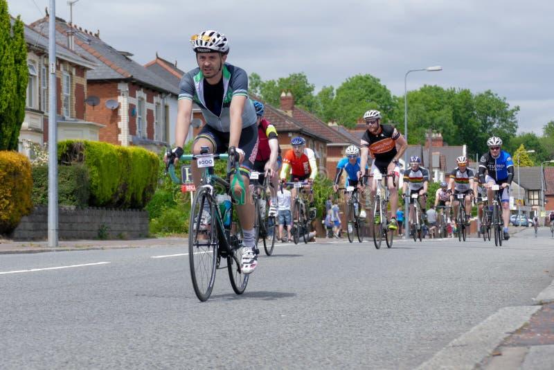 CARDIFF - JUNI 14: Cyklister som deltar i Velethonen Cycli fotografering för bildbyråer