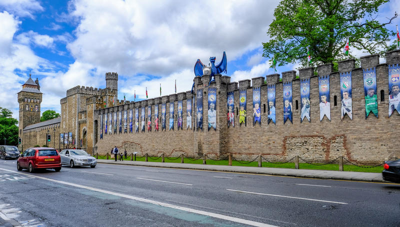 Cardiff, País de Gales - 20 de mayo de 2017: La pared del castillo de Cardiff, alista para UE imagenes de archivo