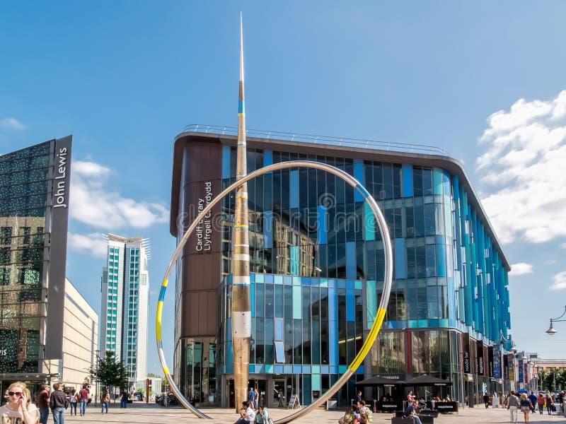CARDIFF, PAYS DE GALLES - 8 JUIN : Alliance sculptent le centre de la ville de Cardiff photographie stock libre de droits