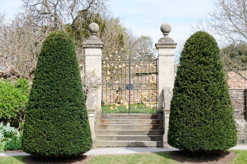 CARDIFF/UK - KWIECIEŃ 19: Ornamentacyjne bramy przy St Fagans obywatelem H obraz stock