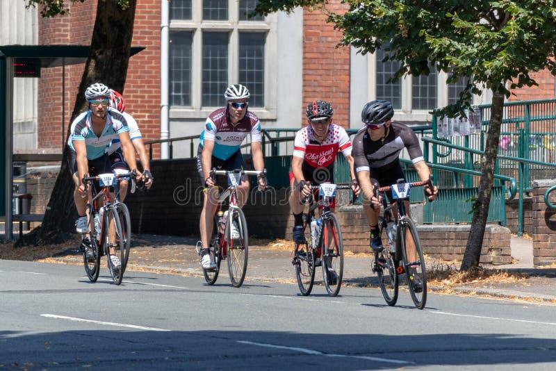 CARDIFF, WALES/UK - 8 DE JULIO: Ciclistas que participan en el Velot foto de archivo