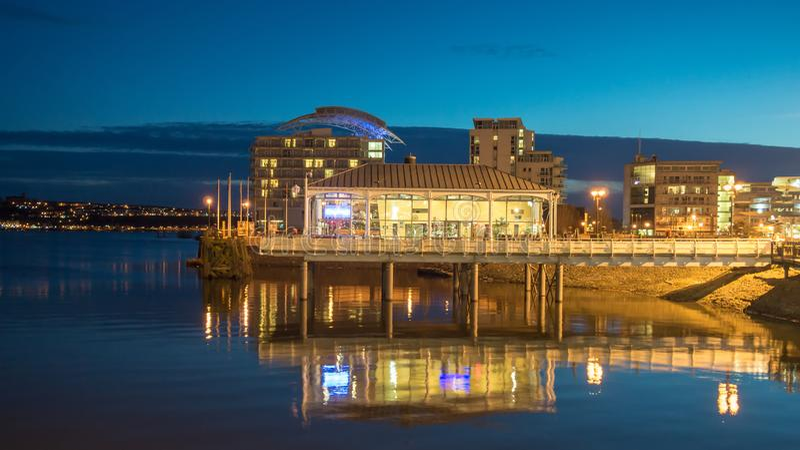 Cardiff zatoka podczas zmierzchu w Cardiff, Walia zdjęcia royalty free