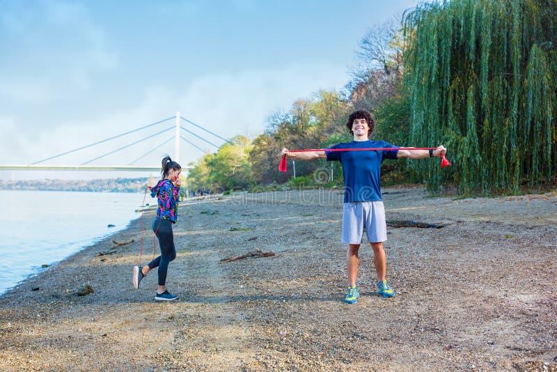 Cardio övning - sportparutbildning utomhus royaltyfri foto