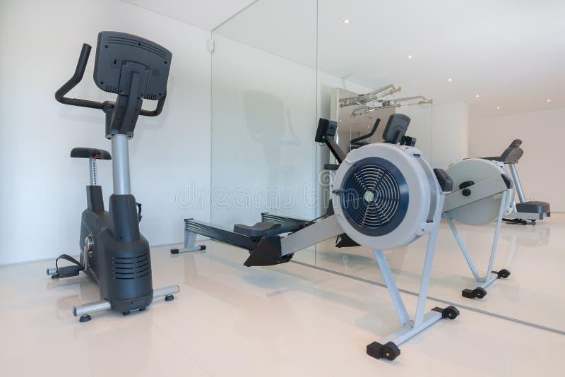 Cardio- equipamento da aptidão no gym imagens de stock royalty free