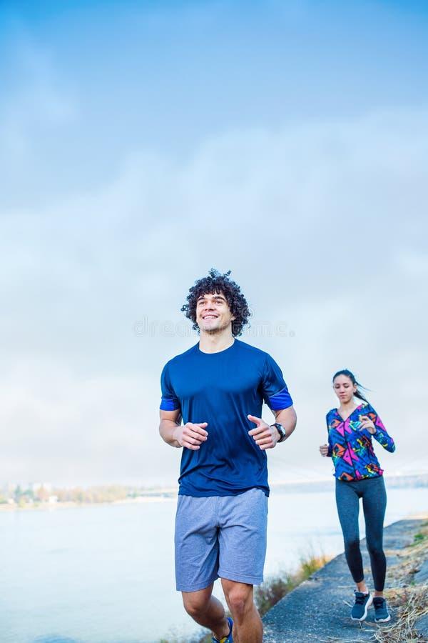 Cardio- exercice - couple pulsant dans la vie de nature saine photographie stock libre de droits