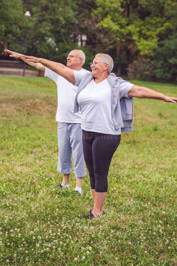 Cardio- exercice pour l'exercice supérieur supérieur de couples photos stock