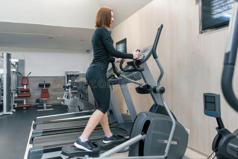 Cardio genomkörare för ung konditionkvinna i idrottshall Sport kondition, utbildning, sunt livsstilbegrepp arkivfoto