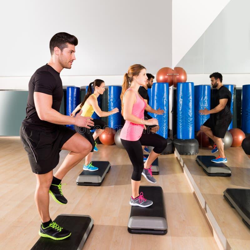 Cardio gruppo di ballo di punto ad addestramento della palestra di forma fisica fotografia stock