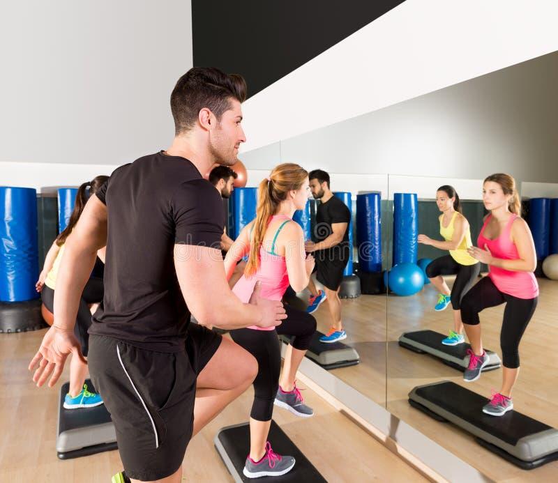 Cardio gruppo di ballo di punto ad addestramento della palestra di forma fisica fotografie stock