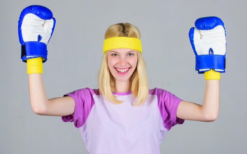Cardio het in dozen doen oefeningen om gewicht te verliezen Vrouwelijkheid en sterktesaldo De vrouwen bokshandschoenen genieten v stock foto's