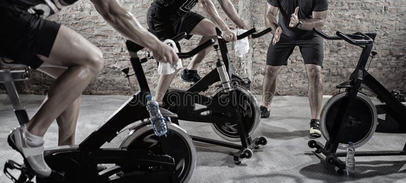 Cardio opleiding op fiets royalty-vrije stock fotografie