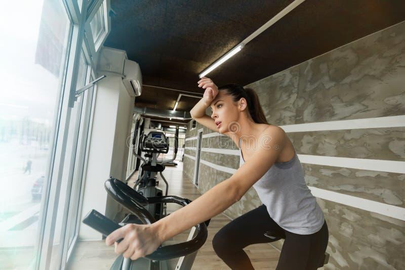 Cardio- séance d'entraînement dans le gymnase photos libres de droits