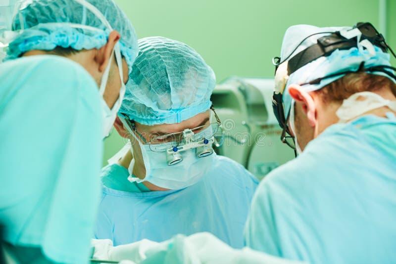 Cardio- sala de operações da cirurgia cirurgião cardíaco masculino no hospital fotos de stock