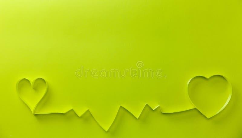 Cardiograma com a fita amarela dos corações no fundo do papel, no fundo do dia da saúde do conceito e no fundo do dia de Valentim imagens de stock royalty free
