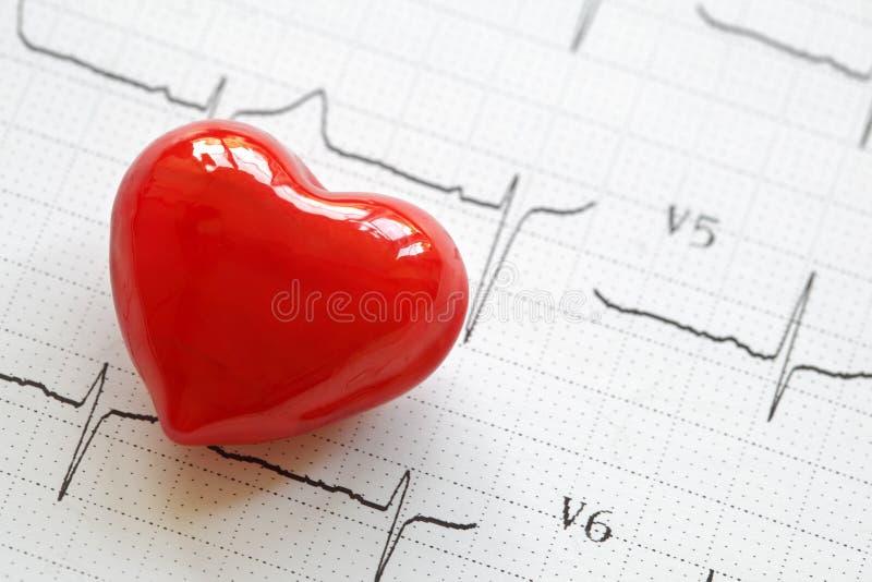 Cardiograma e coração fotos de stock