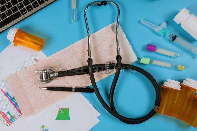 Cardiograma na com stats médico dos cuidados médicos do estetoscópio fotografia de stock royalty free