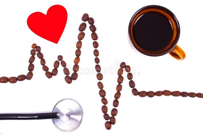 Cardiogramlijn van koffiebonen, rode hart en stethoscoop, geneeskunde en gezondheidszorgconcept dat wordt gemaakt stock fotografie