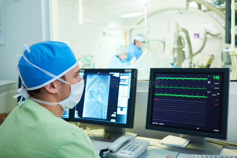 Cardiologie Interventional Docteur masculin de chirurgien à l'opération photos libres de droits