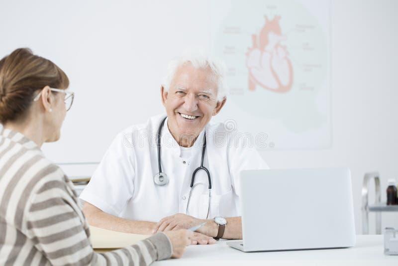 Cardiologista com paciente foto de stock