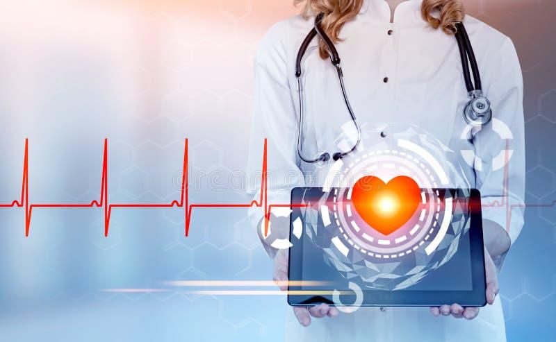 Cardiologista com uma tabuleta, coração HUD da mulher fotografia de stock