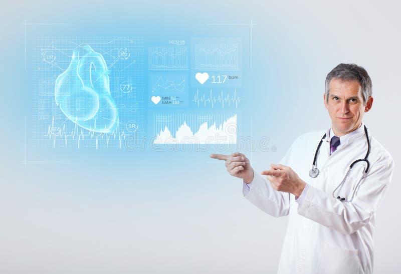 Cardiologo che presenta i risultati della ricerca fotografie stock
