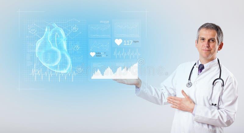 Cardioloog die de onderzoeksresultaten voorstellen stock foto