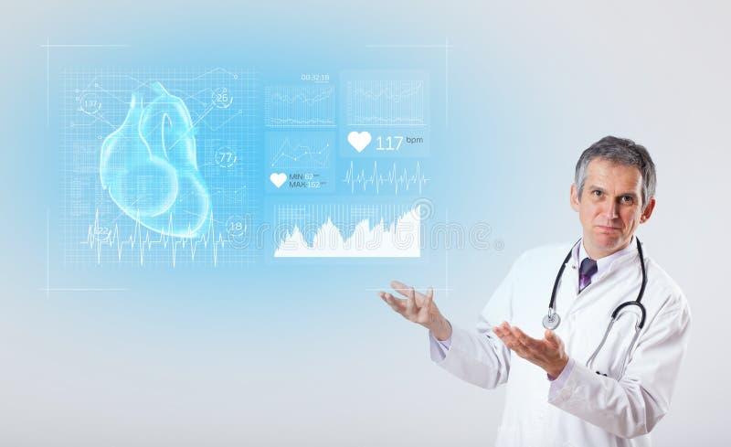 Cardioloog die de onderzoeksresultaten voorstellen stock fotografie
