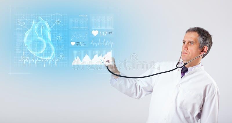 Cardioloog die de onderzoeksresultaten voorstellen stock afbeeldingen
