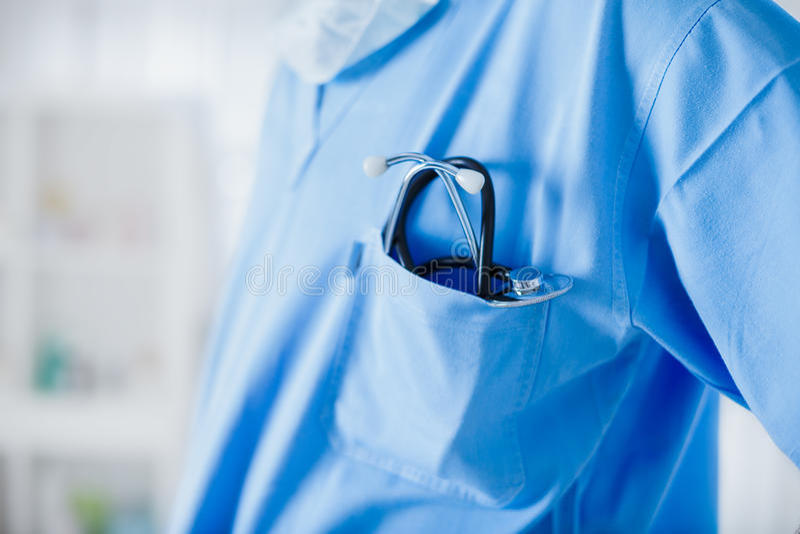 Cardioloog die zijn stethoscoop houden stock afbeelding
