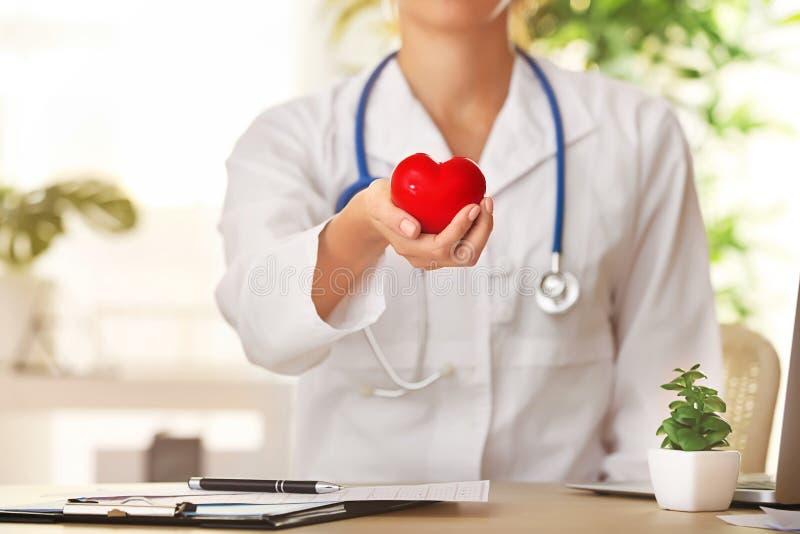 Cardioloog met rood hart in kliniek royalty-vrije stock fotografie
