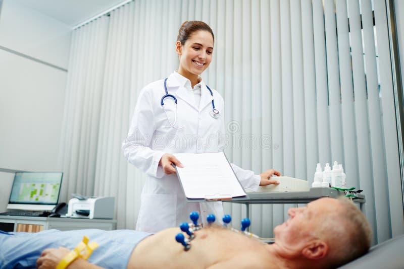 Cardioloog op het werk stock foto's