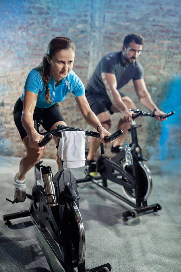 Cardiooefeningsklasse op fietsen stock fotografie