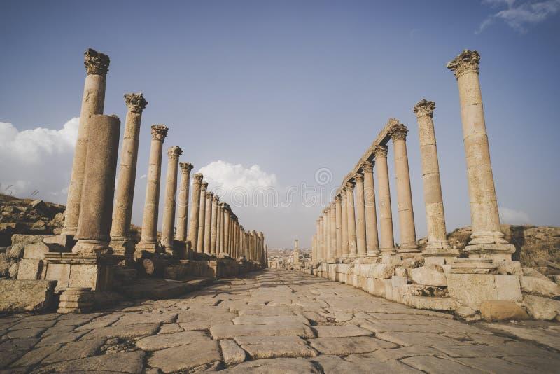 Cardo Maximus, die Hauptstraße durch ruinierte, größte und interessanteste römische Stadt alten Jerash, - lizenzfreies stockbild