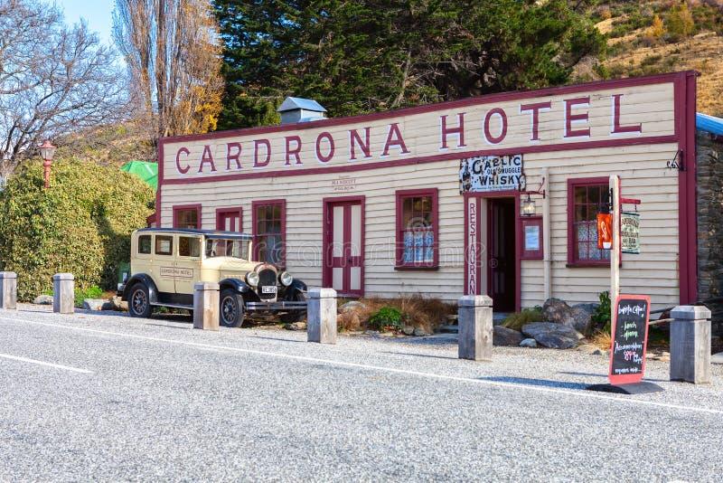 Cardrona dalväg, Cardrona, södra ö, Nya Zeeland - Maj 10, 2013: Berömt historiskt Cardrona hotell och tappningbil arkivbild