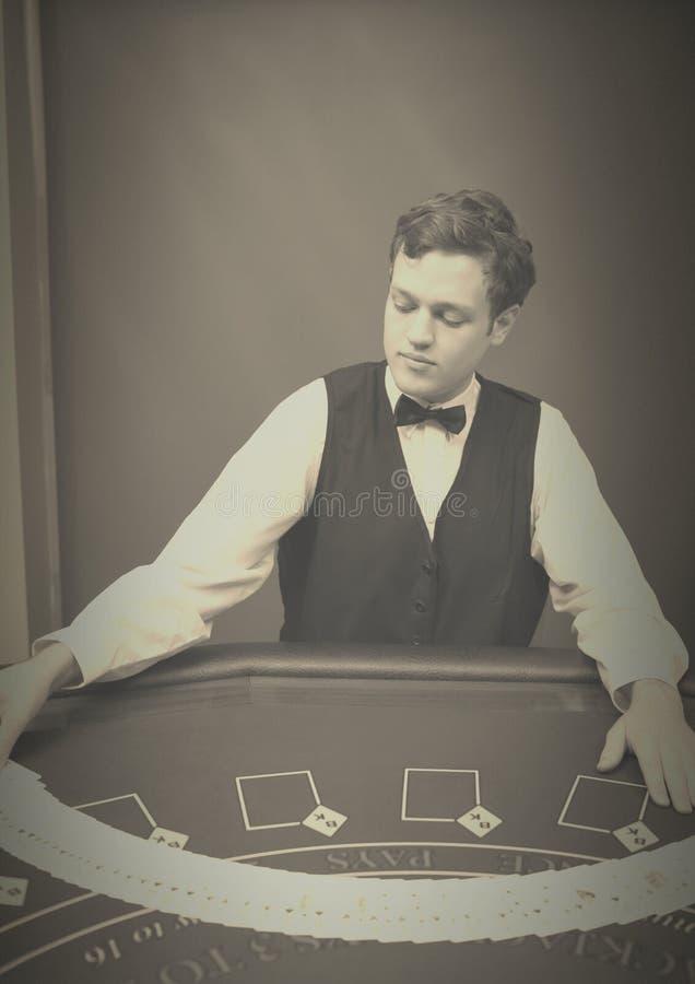 cards att hasa för croupier royaltyfri bild