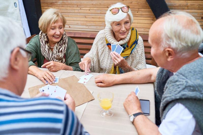 cards vänner som leker pensionären royaltyfri bild