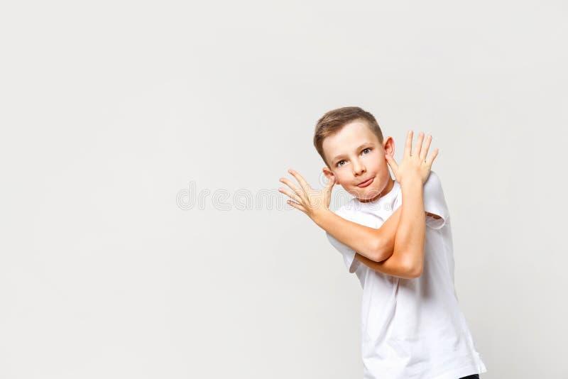 Carefree, cattivo ragazzo caucasico, grimeggia Ritratto su fondo isolato fotografia stock libera da diritti