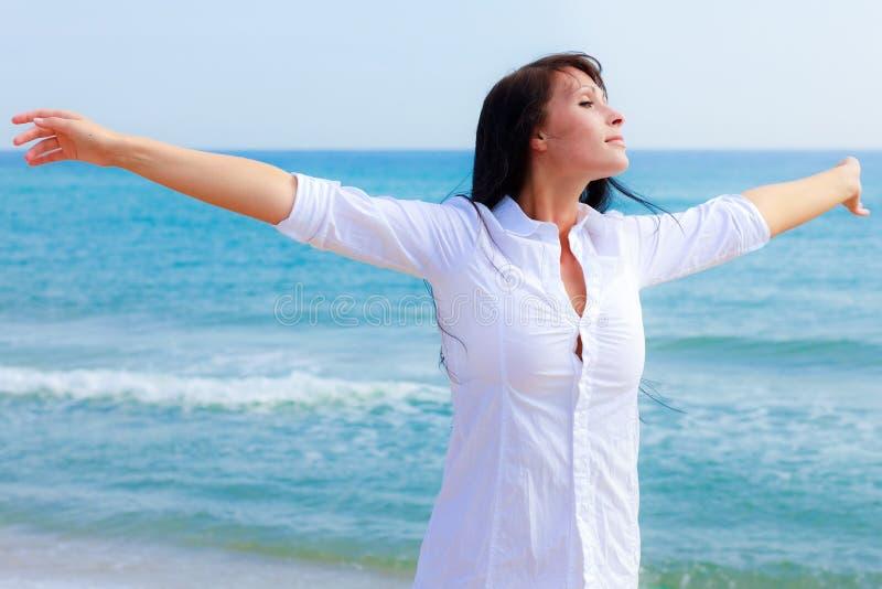 carefree kvinna för strand arkivfoton