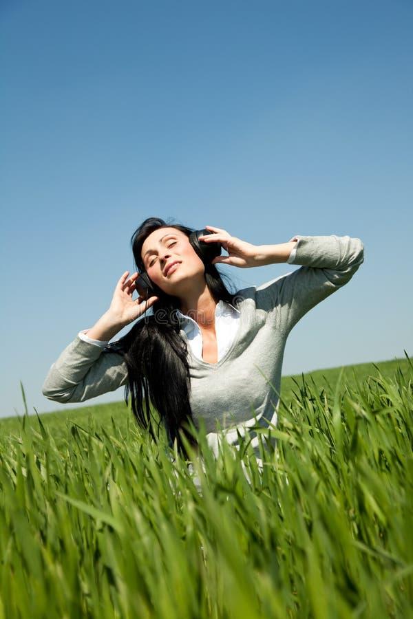 carefree musik för fältflickagreen fotografering för bildbyråer