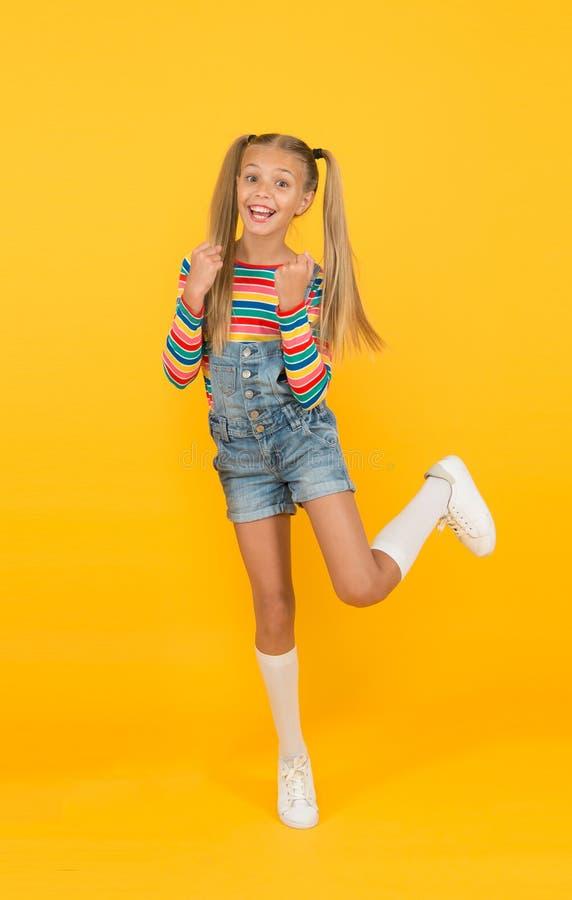 Carefree och kul unge litet vackert, långt hår vintage-stil för skolflicka lycklig barndom retro-flicka njuta av sommaren royaltyfri bild
