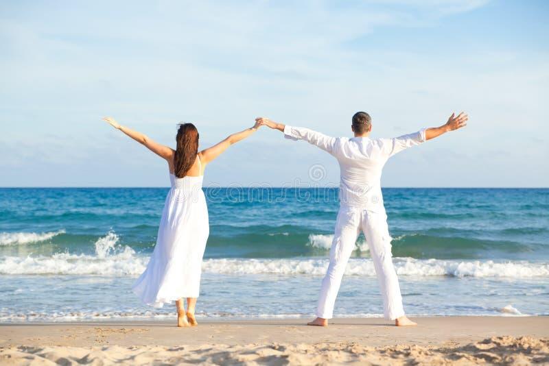 carefree par för strand royaltyfri fotografi