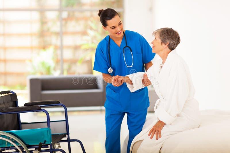 Caregiver die hogere vrouw helpen royalty-vrije stock afbeelding