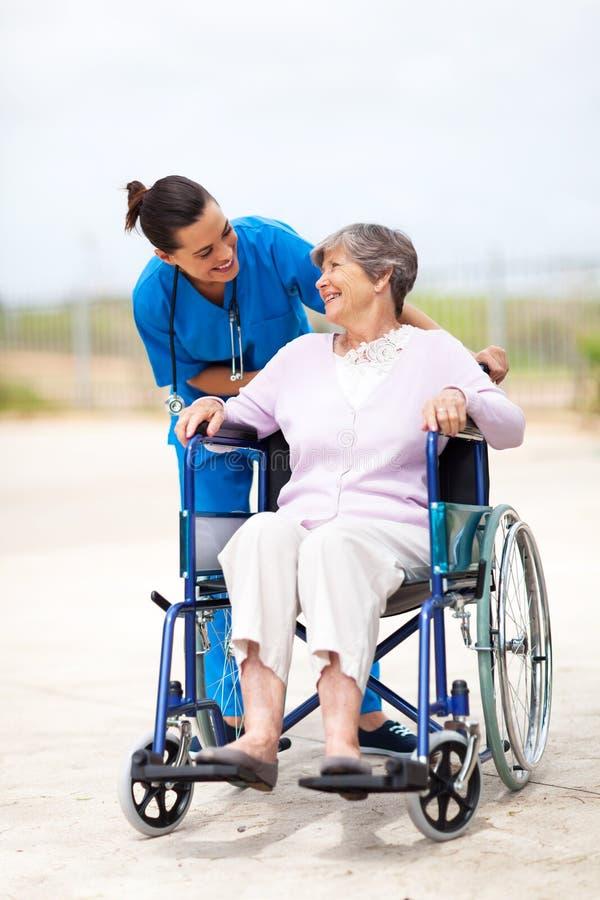 Caregiver gehandicapte oudste stock fotografie