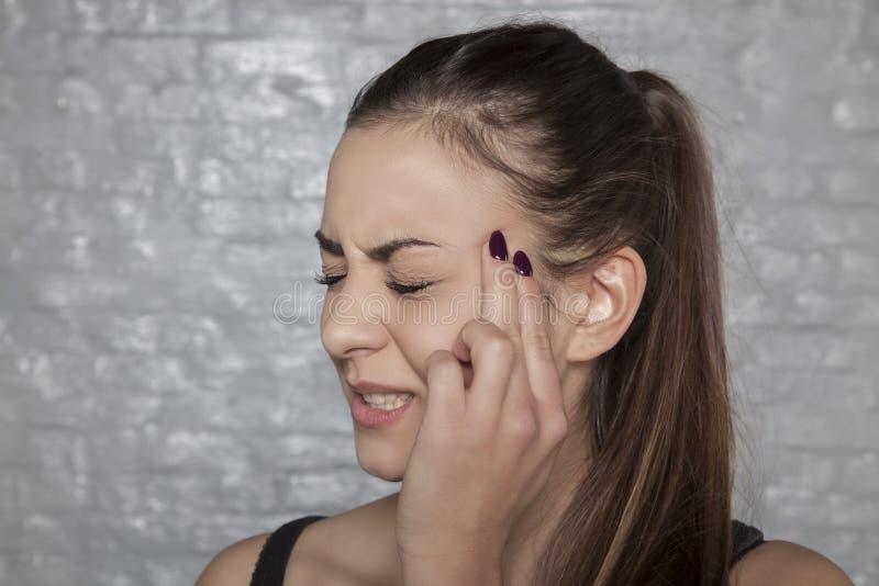 Careta na cara devido a uma dor de cabeça fotos de stock royalty free