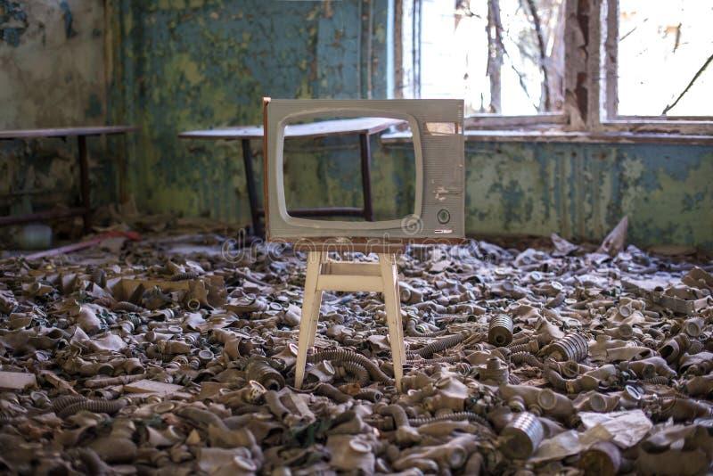 Caretas antig?s en el piso en la escuela secundaria en Pripyat, zona de exclusi?n de Chern?bil Cat?strofe nuclear imágenes de archivo libres de regalías